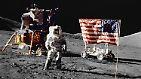These 3: Filmaufnahmen von Buzz Aldrin beim Aufstellen der Flagge zeigen: Die Flagge bewegt sich und weht! Da der Mond keine Atmosphäre und somit keine Luft hat, ist dies unmöglich.