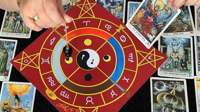 Pendel und Tarotkarten gehören für viele Auguren zur Grundausstattung - oft würde jedoch auch eine Münze reichen.
