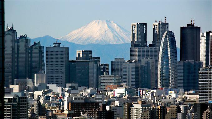 Mit rund 240 Prozent der Wirtschaftsleistung des Landes hat Japan die höchste Staatsverschuldung unter den Industriestaaten.