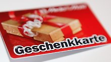 Immer mehr Deutsche schenken zu Weihnachten eine Gutscheinkarte aus Plastik. Foto: Malte Christians