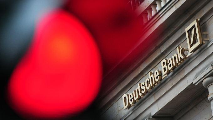 Rote Ampel vor der Deutschen Bank. Im Kirch-Streit geht es zur Zeit weder vor noch zurück. Es steht Aussage gegen Aussage.