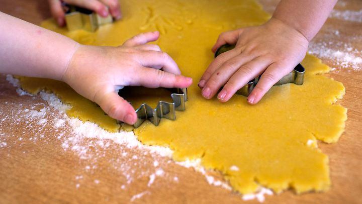 Plätzchen backt man und Kekse kann man kaufen, ist eine verkürzte Variante, um die beiden Gebäcke zu unterscheiden.