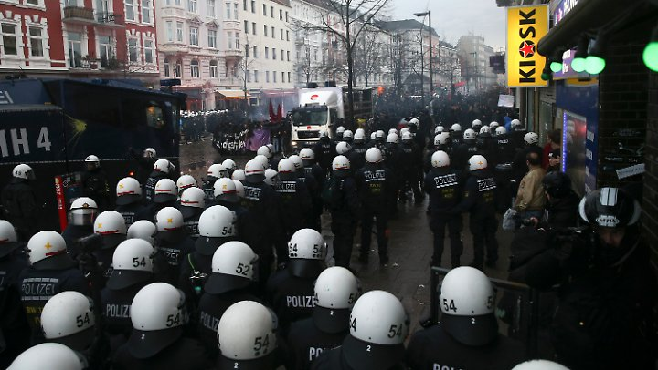 """Polizisten am Samstag vor dem Kulturzentrum """"Rote Flora"""" in Hamburg."""