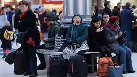 Das kann dauern: Wartende im Londoner Bahnhof Victoria.