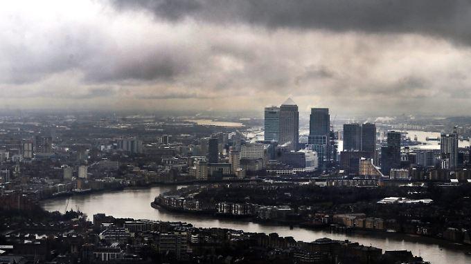 Schwere Wolken hängen über Canary Wharf in London.
