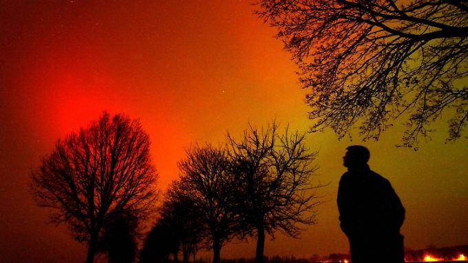 Polarlichter werden durch eine gigantische Wolke elektrisch geladener solarer Teilchen in der Erdatmosphäre erzeugt. Hier eine Aufnahme aus Brandenburg, aus dem Jahr 2003.