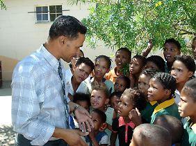 Ein Lehrer mit seinen Schülern im Hof der Schule in Nabasib, 60 Kilometer von Ababis.