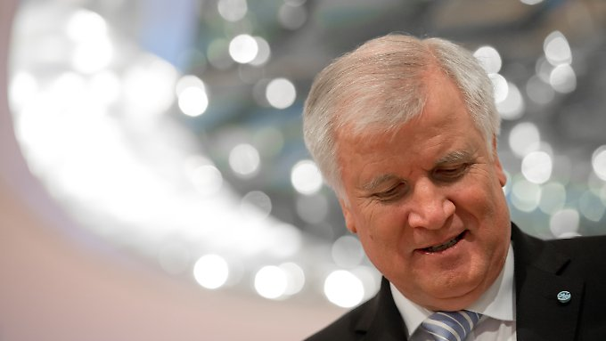 CSU-Chef Horst Seehofer, irritiert.