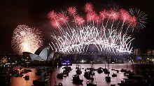 Sydney begrüßt mit viel Getöse das neue Jahr.