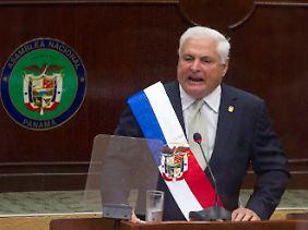 Stilecht mit Schärpe: Im Parlament von Panama kündigt Präsident Martinelli eine Lösungssuche auf höchster Ebene an.