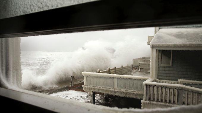 In Scituate, Massachusetts, lässt der Sturm Wellen an die Häuser krachen. Die Temperaturen sollen am Wochenende auf minus 30 Grad sinken.