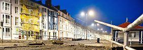 Im walisischen Aberystwyth richteten Sturm und hohe Wellen einigen Schaden an. Die Flut war so hoch wie seit Jahrzehnten nicht.