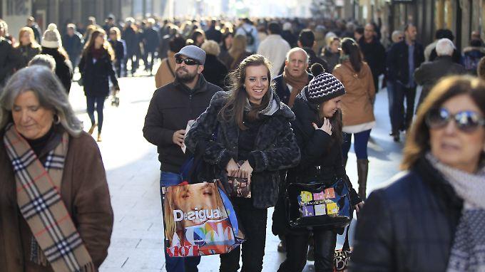 Spanier shoppen und geben dabei auch wieder mehr Geld aus. Aber es gibt auch kritische Stimmen.