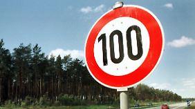 Der Fahrer hatte drei Tempo 100-Schilder passiert, bevor er geblitzt wurde.