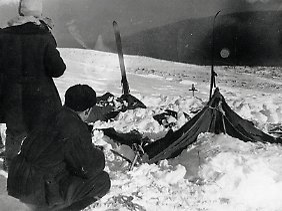 Blick auf ein Zelt der Bergsteigergruppe, wie es die Rettungskräfte 1959 vorfanden.