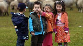 Inzwischen gibt es auch für Kinder ein wachsendes Angebot an ökologischer Mode. In konventioneller Kleidung finden sich hingegen reichlich Schadstoffe.