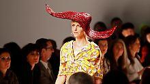 Zaninis Entwürfe sind von Schiaparellis surrealistischen Entwürfen inspiriert.