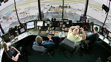 Fluglotsen im Tower des Frankfurter Airports.