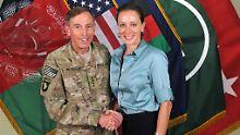 Der damalige Vier-Sterne-General Petraeus posierte mit seiner Biographin und Geliebten für die Kamera.