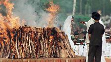 Weshalb es lange in vielen Gegenden üblich war, dass die Witwen bei der Einäscherung ihres Mannes gleich mit verbrannt wurden.