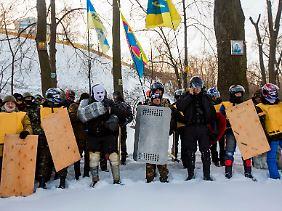 Glaube und Gewalt: Militante Demonstranten bei einem Gottesdienst in Kiew.