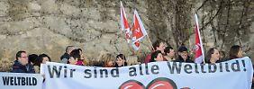 Aufruhr am Rande eines Arbeitstreffens katholischer Bischöfe in Würzburg: Mitarbeiter der existenzbedrohten Verlagsgruppe Weltbild demonstrieren.