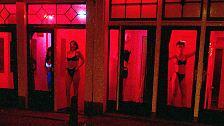 Berühmt ist aber auch das Rotlichtviertel von Amsterdam. Es soll weltweit das erste Gebiet gewesen sein, in dem Prostitution legal organisiert wurde.