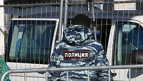 Die Olympischen Winterspiele in Sotschi werden von strengen Sicherheitsvorkehrungen und hohem Polizeiaufkommen begleitet.