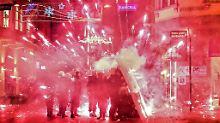 Einige  Demonstranten zündeten Feuerwerkskörper.