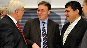 Steinmeier, Oppermann und Gabriel. Der SPD-Chef Gabriel war vom damaligen Innenminister Friedrich (CSU) über den Anfangsverdacht gegen Edathy informiert worden. Friedrich wiederum war vom BKA in Kenntnis gesetzt worden.