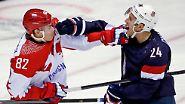 Den lautstärksten Jubel hört man im Bolshoi Dome, wenn die russische Eishockey-Nationalmannschaft spielt. Hier brechen Jewgeni Medwedew und Ryan Callahan (USA) den olympischen Frieden.