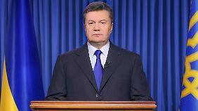 """Janukowitsch zeigt sich als starker Mann. Wenn die Ausschreitungen nicht beendet würden, werde er einen """"anderen Ton"""" anschlagen."""