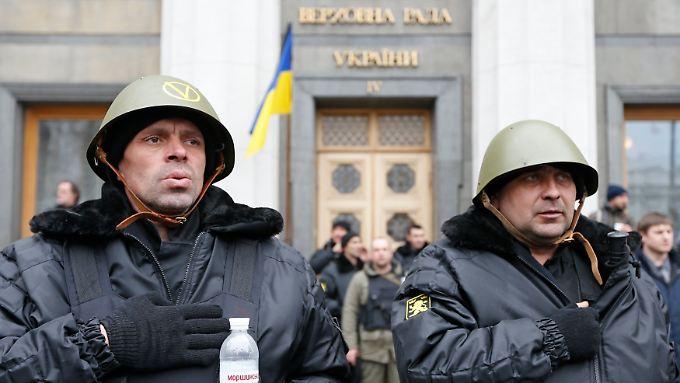 Kämpfer des Maidan bewachen das Parlamentsgebäude.