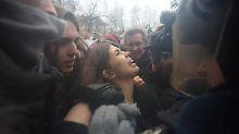 Proteste gegen Lagerhaft von Putin-Gegnern: Pussy Riot bei Demo festgenommen