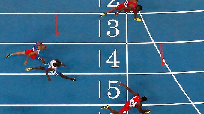Hürdenläufer beim Zieleinlauf: Wer schafft es, wer bleibt hängen?