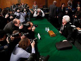 Kurzer Fototermin, dann muss die Fed-Chefin Rede und Antwort stehen.