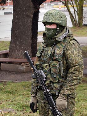 Ein russischer Soldat? Patrouille vor dem Flughafen von Simferopol.