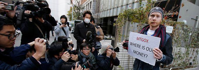 Lange Gesichter bei Anlegern: Vor dem Firmensitz von MtGox in Tokio protestierten einzelne Bitcoin-Anleger gegen die MtGox-Schließung.