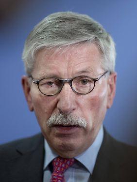 Seit seinem Ausscheiden aus dem Vorstand der Bundesbank und als Berliner Finanzsenator hat sich Thilo Sarrazin aufs Bücherschreiben verlegt - mit großem Publikumserfolg bei gleichzeitig vernichtender Medienkritik.