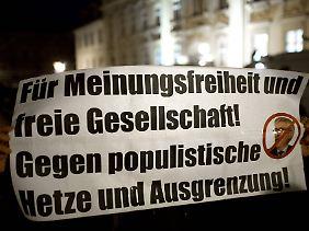 """Demo gegen Thilo Sarrazin in Potsdam, wo der Autor die erste Lesung über """"Tugendterror"""" abhielt."""