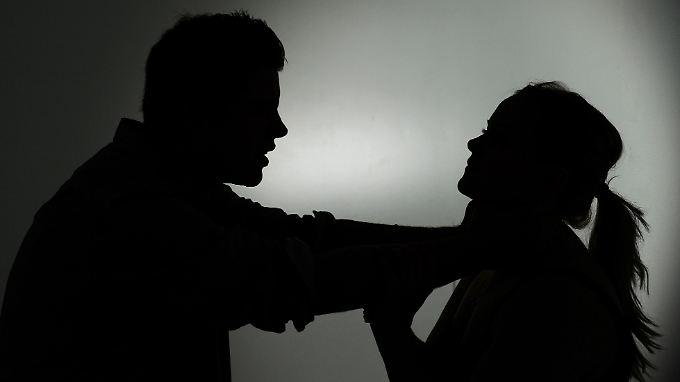 Weil viele Frauen noch immer über die Misshandlungen schweigen, will Schwesig eine Kultur des Hinschauens etablieren.