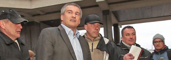 Sergej Aksjonow (2.v.l.) ist der neue wichtige Mann auf der Krim. Seit seinem Amtsantritt setzt er sich für einen Anschluss der autonomen Republik an Russland an.