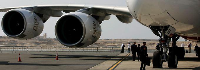 Da hängt ganz schön was dran: Am Boden tragen die Flügel die Triebwerke, am Himmel das Gewicht der gesamten Maschine (Archivbild).