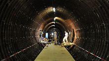 Die Arbeiter müssen bei der Sanierung des Elbtunnels Schutzausrüstung tragen.