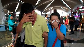 Verzweifelte Angehörige weinen.