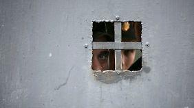 Politische Lösung in weiter Ferne: Russische Soldaten stürmen Kaserne auf der Krim