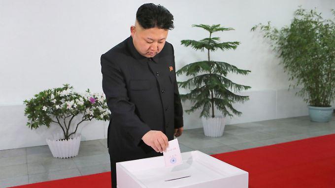 Groteskes Bild: Diktator Kim bei der Abgabe seiner Stimme.