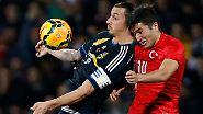 Ein Mann wie eine Wand: Zlatan Ibrahimovic, Schwedens bekanntester Fußballspiele, bei einer Testpartie in Ankara gegen die Türkei.  Dortmunds Nuri Sahin wirkt irgendwie chancenlos. Doch das täuscht - am Ende gewannen die Gastgeber mit 2:1.
