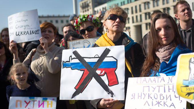 Auch in Deutschland steigt die Sorge: Proteste gegen einen drohenden Krim-Krieg vor der Russischen Botschaft in Berlin.