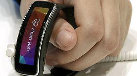 Die Gear Fit von Samsung ist kratz- und wasserfest, hat aber einen relativ schwachen Akku.